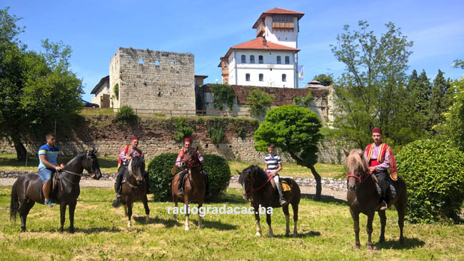 Konjanici iz Gradacca i Tuzle krecu na Ajvatovicu copy