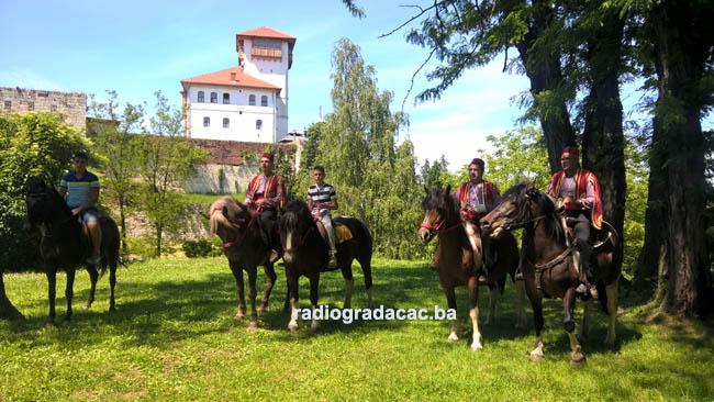 Konjanici iz Gradacca i Tuzle pred odlazak na Ajvatovicu copy