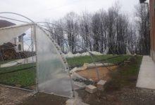 Jak vjetar izazvao prekide u isporuci struje, dizao krovove i kidao plastenike