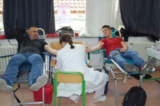 Profesori i učenici darivali krv