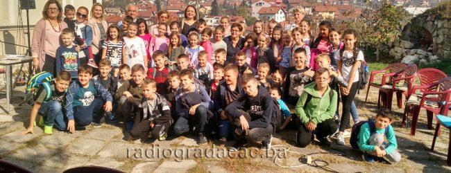 """Učesnici festivala """"Vezeni most"""" obradovali gradačačke osnovce"""