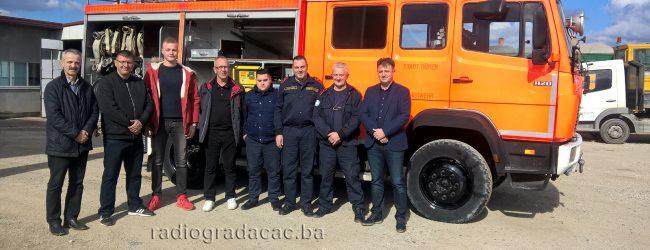 Grad Düren donirao vatrogasno vozilo gradačačkim vatrogascima