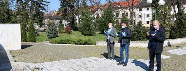 Dan oslobođenja: Položeno cvijeće na centralnim spomen-obilježjima u gradskom parku