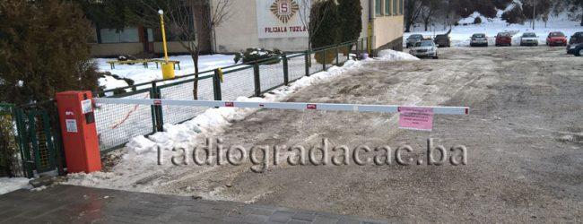 """Naloženo uklanjanje rampi na ulazu u parking kod OŠ """"Ivan Goran Kovačić"""" u Gradačcu"""